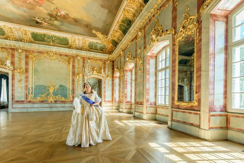Dziejowy cosplay kobieta w similitude Catherine Wielki, imperatorowa Rosja fotografia stock