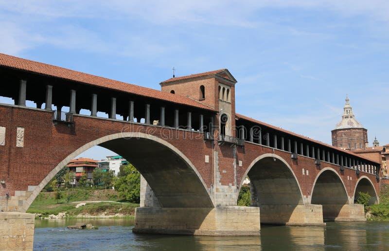 Dziejowy drewniany most nad TICINO rzeką w Pavia obrazy royalty free