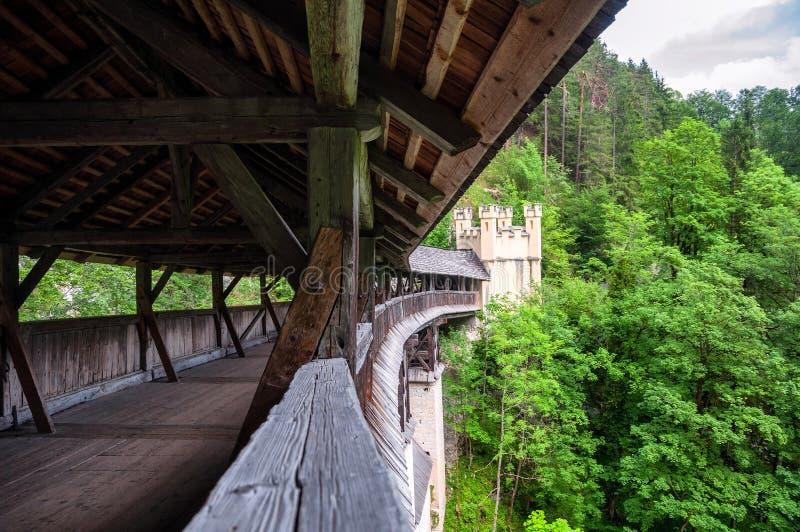 Dziejowy Drewniany Zakrywający most St Georgenberg w Tirol zdjęcia stock