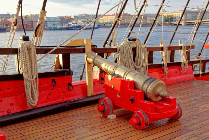 Dziejowy działo stara drewniana żaglówka Wyszczeg?lnia pok?ad statek obrazy royalty free