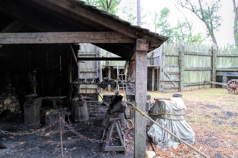 Dziejowy Jamestown Blacksmith Osadniczy sklep zdjęcia stock