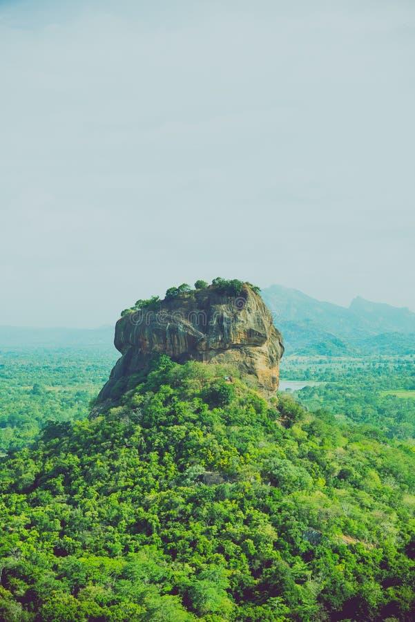 Dziejowy Sigiriya skały forteca otacza breathtaking krajobrazem obraz stock