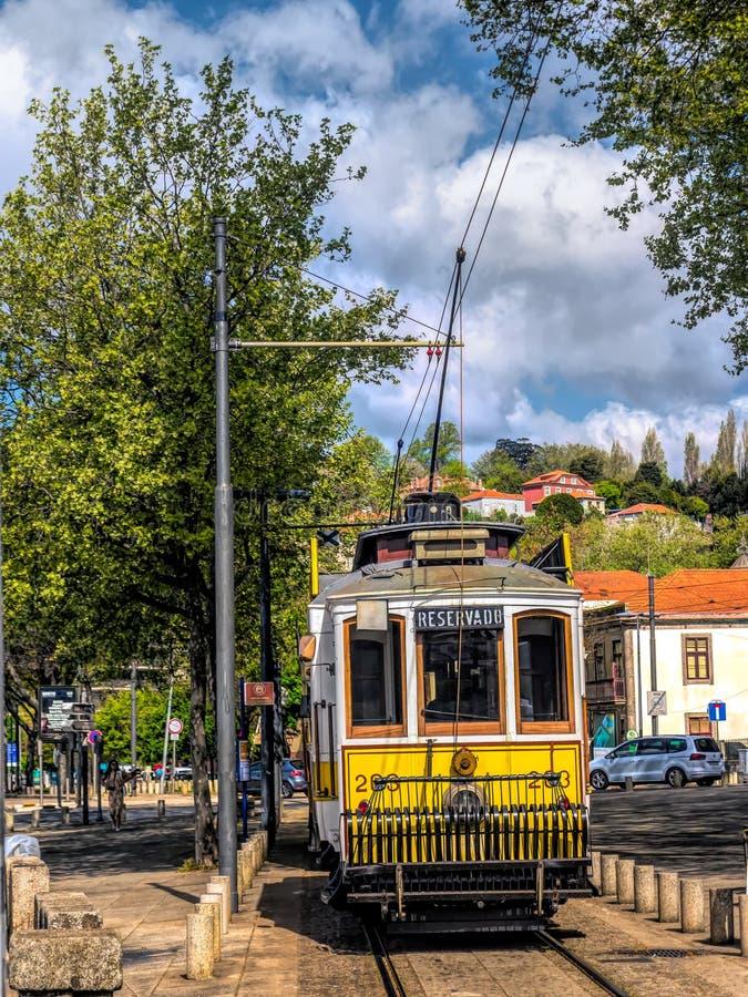 Dziejowy uliczny tramwaj w Porto obraz stock