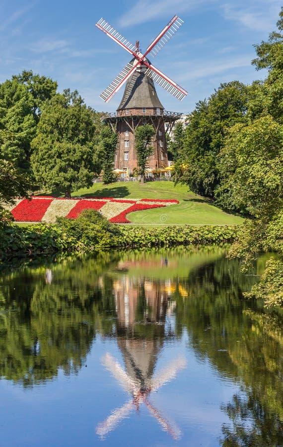Dziejowy wiatraczek z odbiciem w wodzie w Bremen zdjęcia royalty free