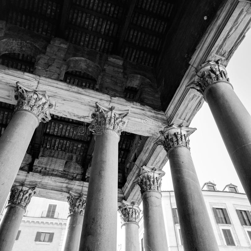Dziejowy zabytek dwa tysiące lat, jeden stara rzymska katedra w centrum miasta Rzym obraz royalty free