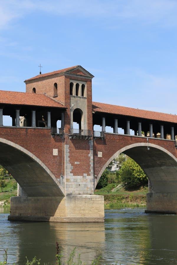Dziejowy zakrywający most nad rzeką w Pavia zdjęcia royalty free