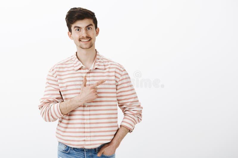 Dzielić ładnego kawowego punkt z przyjaciółmi Studio strzelał życzliwy radosny caucasian facet z wąsem, trzymający rękę wewnątrz zdjęcie royalty free