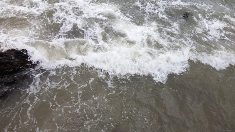 Dzienna morze piany fala i ska?a w Cholburi Tajlandia zdjęcia stock