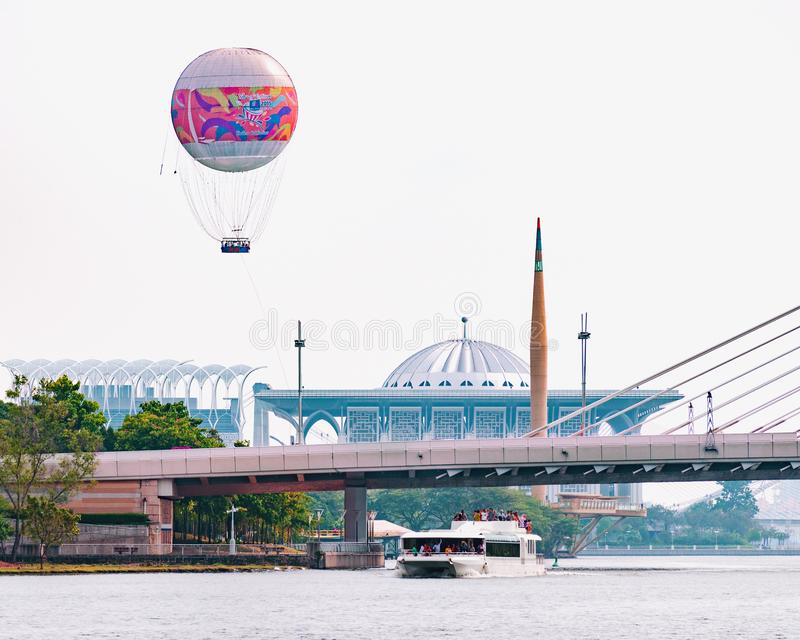 Dzienna rozrywka w dużym mieście - łódkowata wycieczka na jeziorze, balonowy lot nad miasteczkiem obraz royalty free