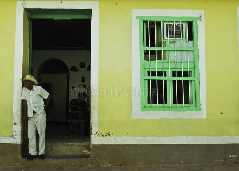 Dzienne sceny w Cuba, m??czy?ni na zewn?trz dzwi wej?ciowy fotografia stock