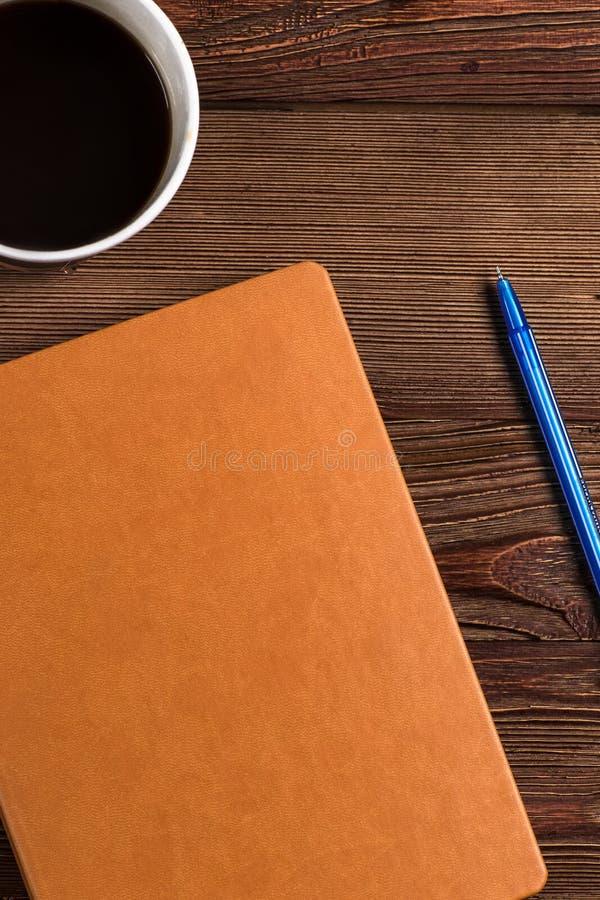 Dzienniczek z kawą i piórem obrazy stock