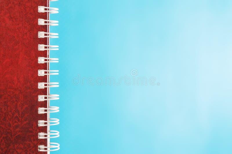 Dzienniczek z spiralą na błękitnym tle fotografia stock