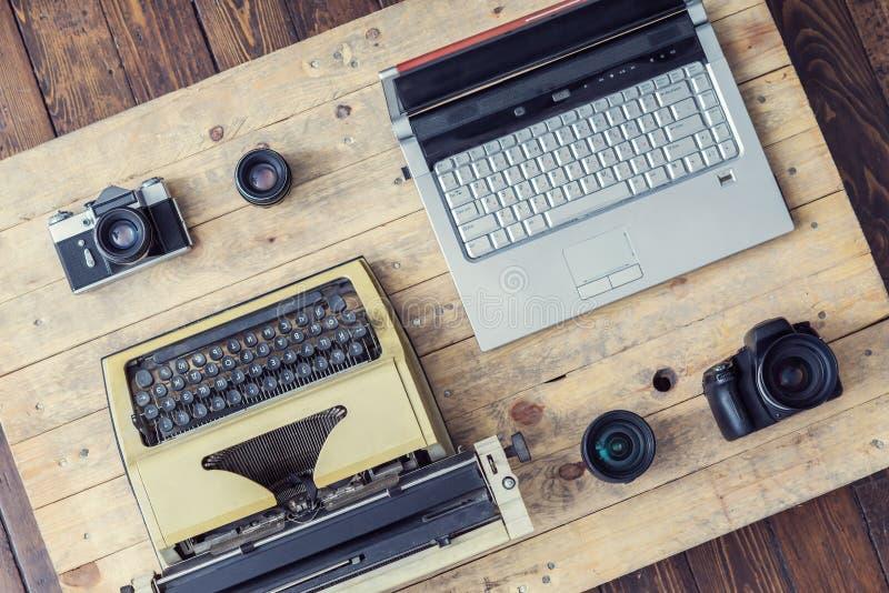 Dziennikarski wyposażenie: maszyna do pisania, laptop, kamera i obiektywy, fotografia royalty free