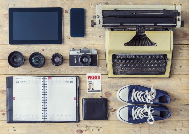 Dziennikarski wyposażenie: maszyna do pisania, pastylka, telefon, kamera obrazy stock