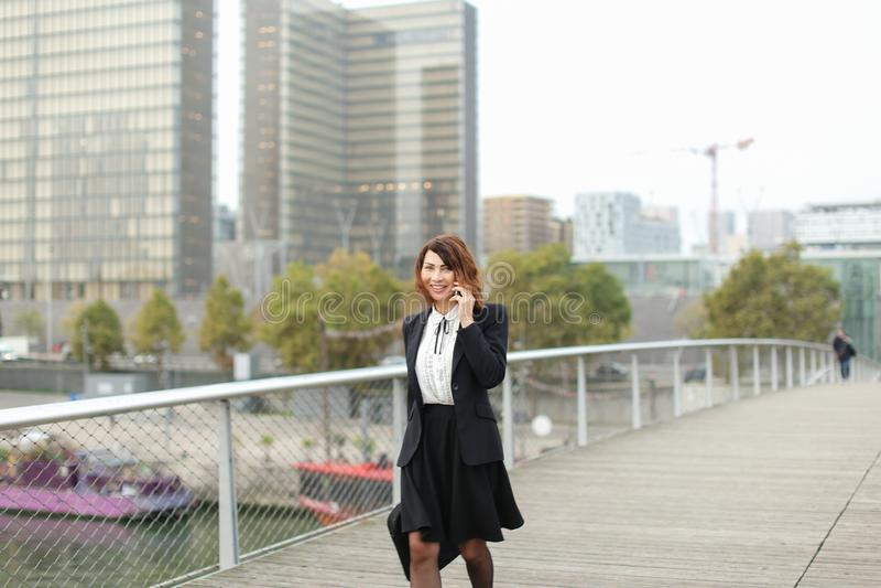 dziennikarz kobieta w biznesie odziewa opowiadać na smartphone obraz royalty free