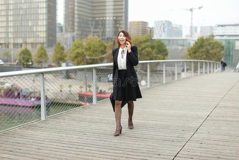 dziennikarz kobieta w biznesie odziewa opowiadać na smartphone fotografia royalty free