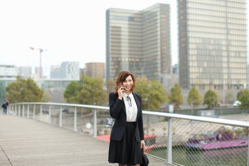 dziennikarz kobieta w biznesie odziewa opowiadać na smartphone zdjęcie royalty free