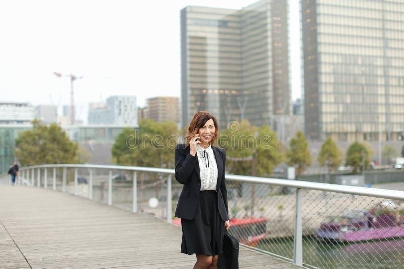 dziennikarz kobieta w biznesie odziewa opowiadać na smartphone obraz stock