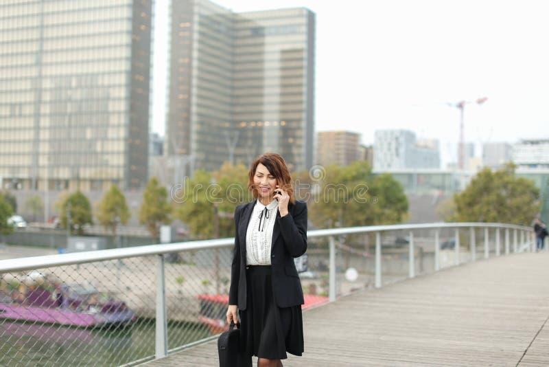 dziennikarz kobieta w biznesie odziewa opowiadać na smartphone obrazy stock