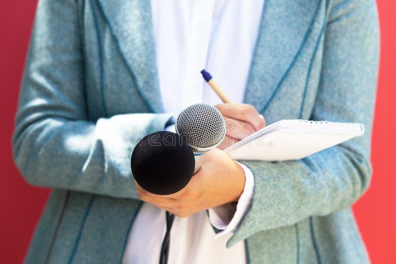 Dziennikarz przy konferencją prasową, mikrofony w ostrości obrazy royalty free