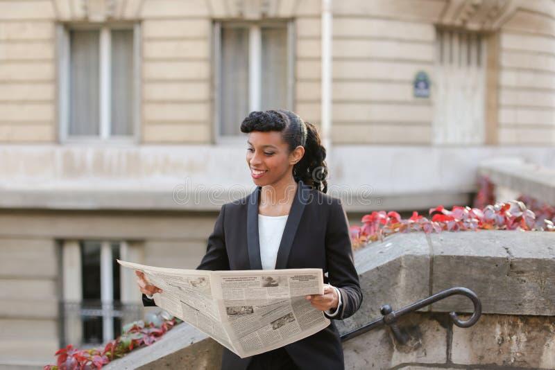 Dziennikarza czytelniczy gazetowy pobliski wysoki budynek obrazy royalty free