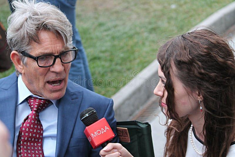Dziennikarza wp8lywy przeprowadza wywiad aktora Erick Roberts zdjęcie royalty free