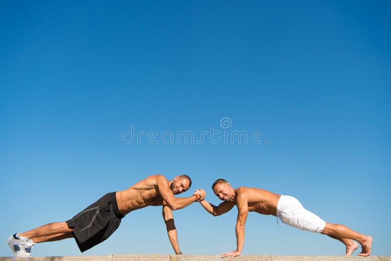 Dzienny ćwiczenia pojęcie Pcha podnosi wyzwanie Mężczyzny niepłonny trening outdoors Ulepsza wytrzymałość obok pcha podnosi Mężcz obrazy stock