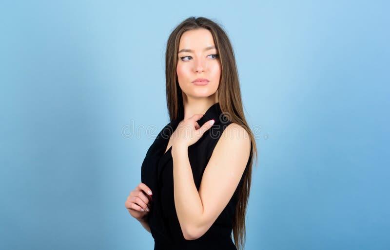 Dzienny prosty makeup Kosmetologia i pi?kno Atrakcyjna kobieta d?ugie w?osy naturalne pi?kno pi?kno nailfile paznokcie poleruje z zdjęcie stock
