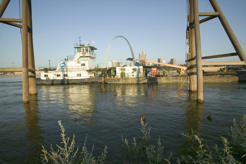 Dzienny widok holownika dosunięcia barki puszka łódkowata rzeka mississippi przed brama łukiem i linia horyzontu St Louis, Missou fotografia royalty free