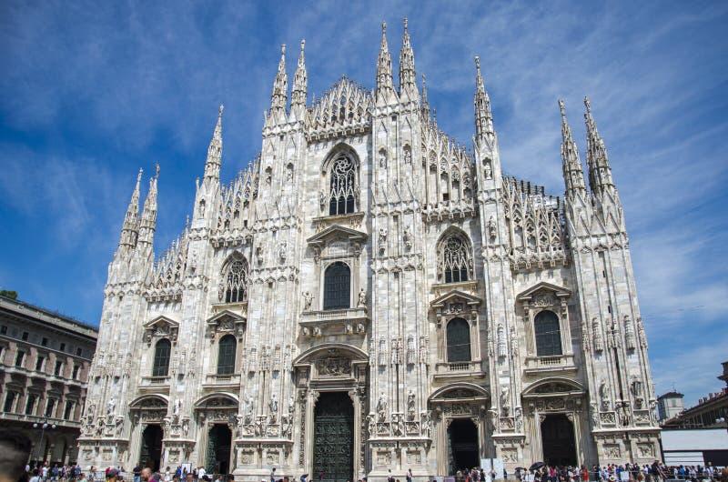 Dzienny widok sławna Mediolańska katedra, Duomo di Milano na piazza w Mediolan, Włochy piękny błękit nieba zdjęcie stock