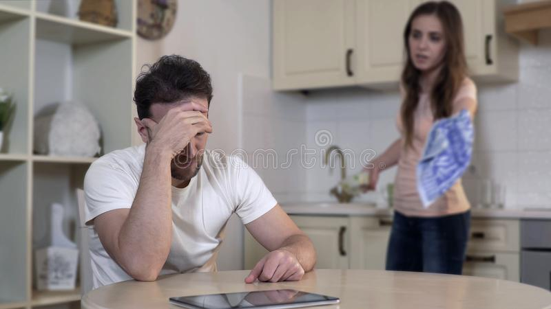 Dzierżawczy żona bój z mężem w domu, oskarżający on cyganienie, rozwód obrazy royalty free