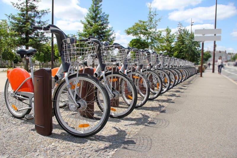 Dzierżawi rower w mieście zdjęcia royalty free