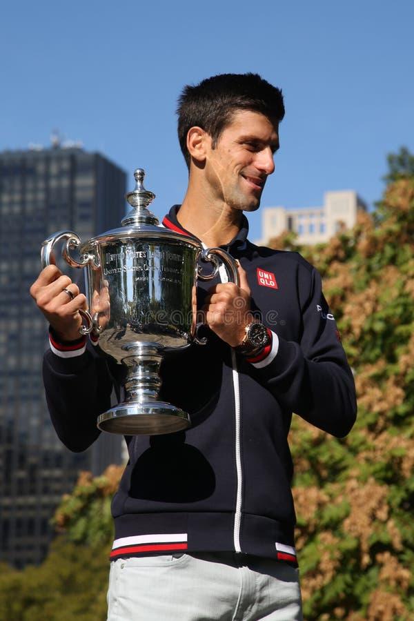 Dziesięć czasów wielkiego szlema mistrz Novak Djokovic pozuje w central park z mistrzostwa trofeum obrazy stock