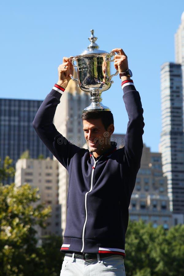 Dziesięć czasów wielkiego szlema mistrz Novak Djokovic pozuje w central park z mistrzostwa trofeum zdjęcia royalty free