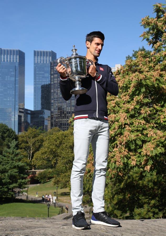 Dziesięć czasów wielkiego szlema mistrz Novak Djokovic pozuje w central park z mistrzostwa trofeum zdjęcia stock