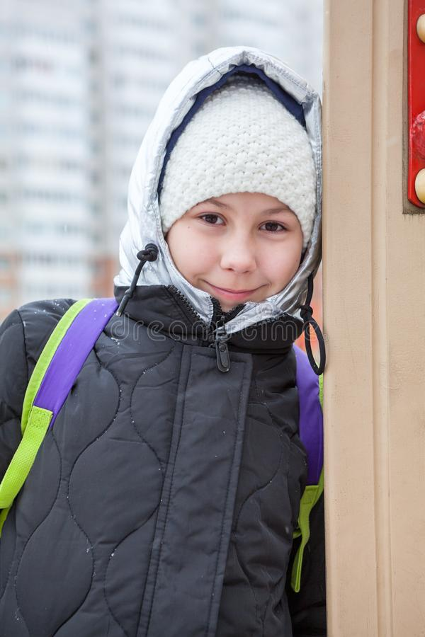 Dziesięć lat dziewczyny portret ubierał w kurtce z srebnym kapiszonem, zimy zimna dzień obrazy royalty free