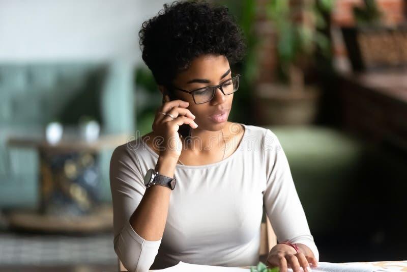 Dziesięcioletnia dwurasowa kobieta rozmawiająca o pracy telefonu komórkowego obraz royalty free