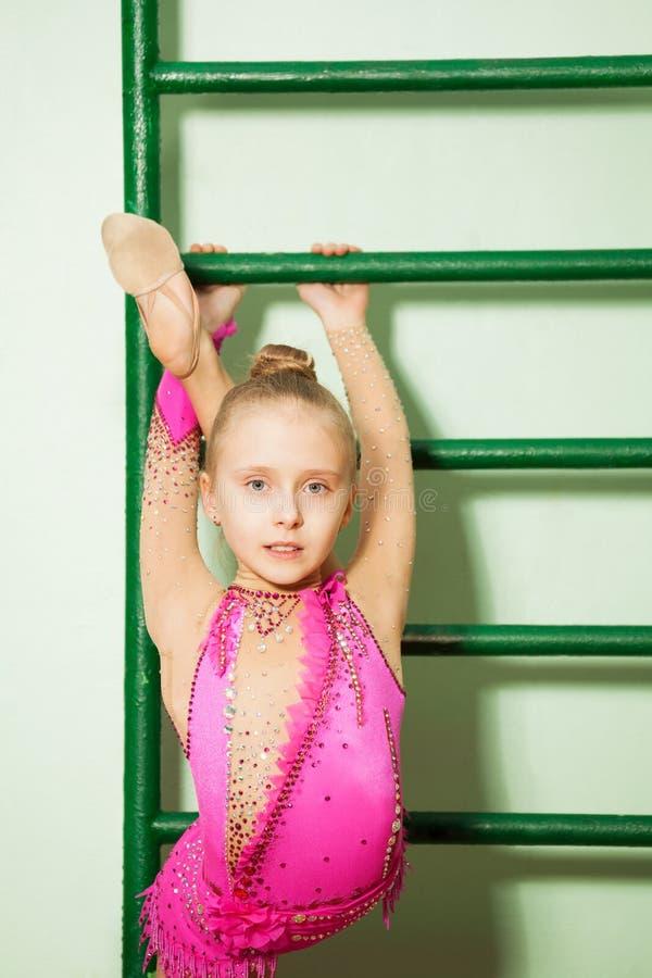 Dziewczyn ćwiczy gimnastyki na wspinającej się drabinie fotografia royalty free