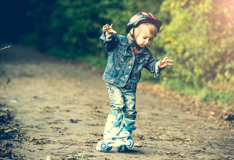 Download Dziewczyn łyżwy Małe Rolkowe Obraz Stock - Obraz złożonej z dziewczyna, park: 53790139