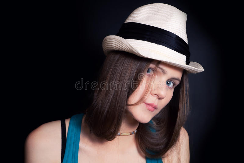dziewczyn błękitny przyglądający się potomstwa kapeluszowi biały zdjęcia stock