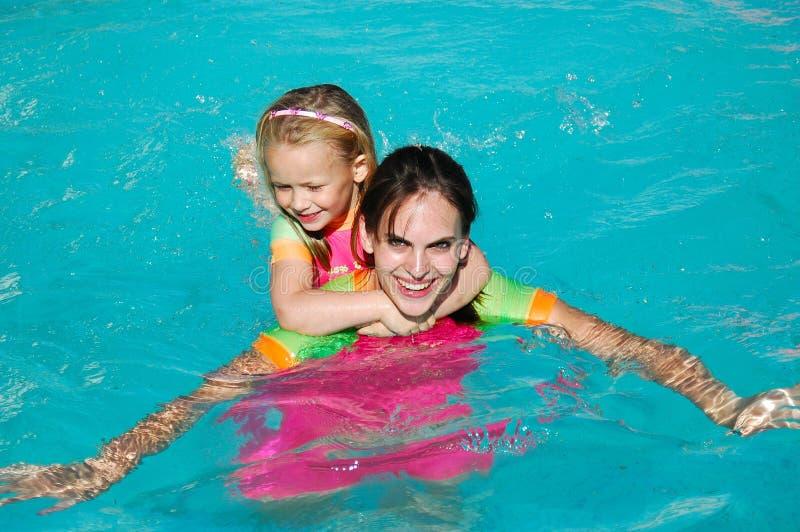 dziewczyn basenu dopłynięcie zdjęcia stock