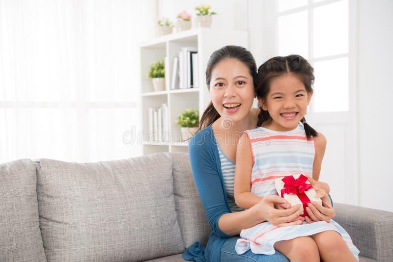 Dziewczyn dzieci i matka chwyt matkują ` s dnia prezent fotografia stock