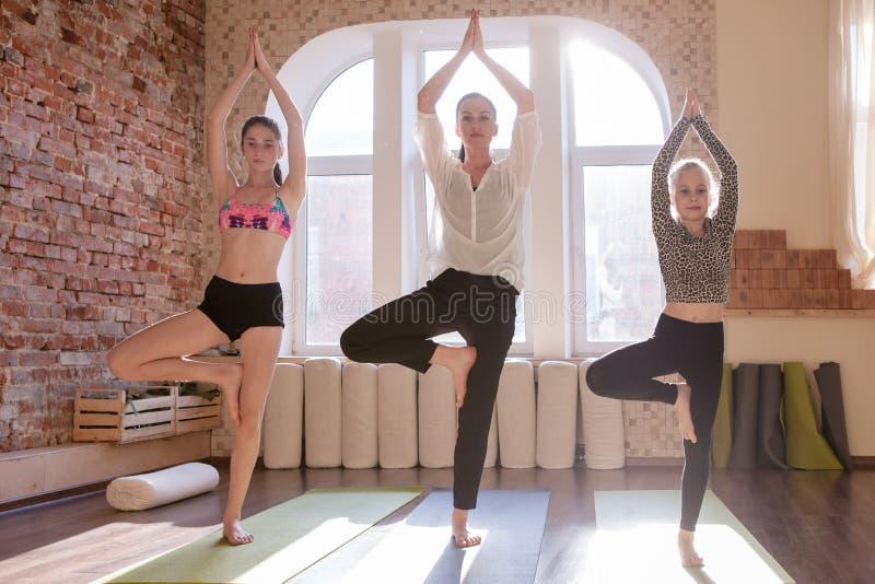 Dziewczyn gimnastyki Nastoletnia joga klasa zdjęcie stock