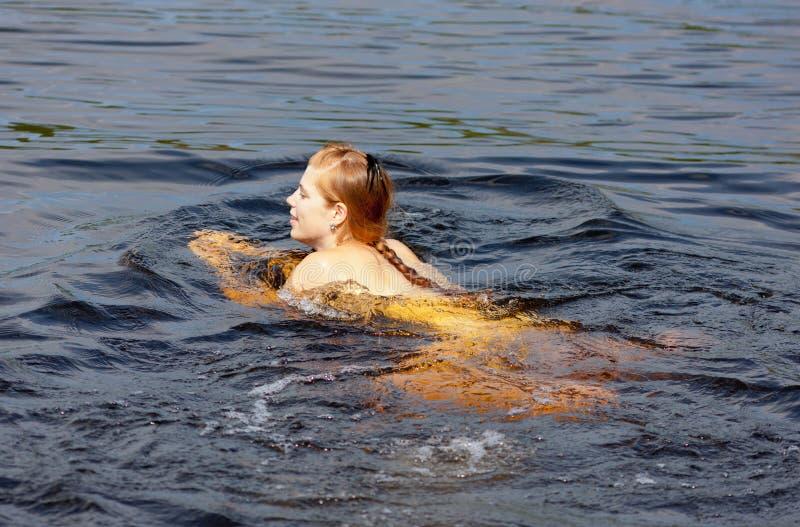 dziewczyn pływania zdjęcie stock