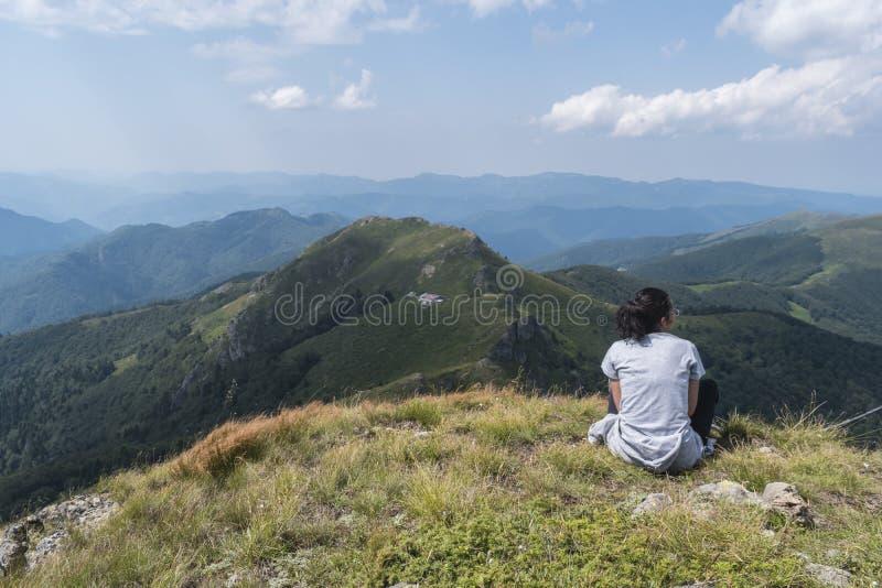 dziewczyn piękne góry Nieprawdopodobny widok Troyan Bałkański Góra zniewala z swój pięknem, świeże powietrze zdjęcia stock