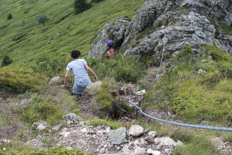 dziewczyn piękne góry Nieprawdopodobny widok Troyan Bałkański Góra zniewala z swój pięknem, świeże powietrze obraz stock