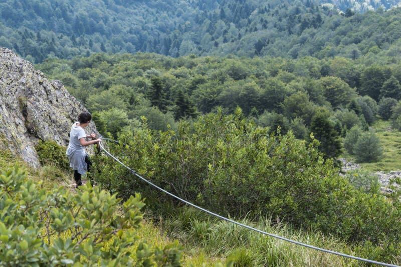 dziewczyn piękne góry Nieprawdopodobny widok Troyan Bałkański Góra zniewala z swój pięknem, świeże powietrze obrazy stock