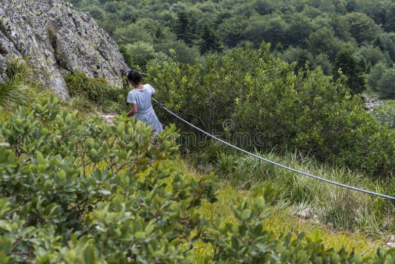 dziewczyn piękne góry Nieprawdopodobny widok Troyan Bałkański Góra zniewala z swój pięknem, świeże powietrze, se fotografia stock