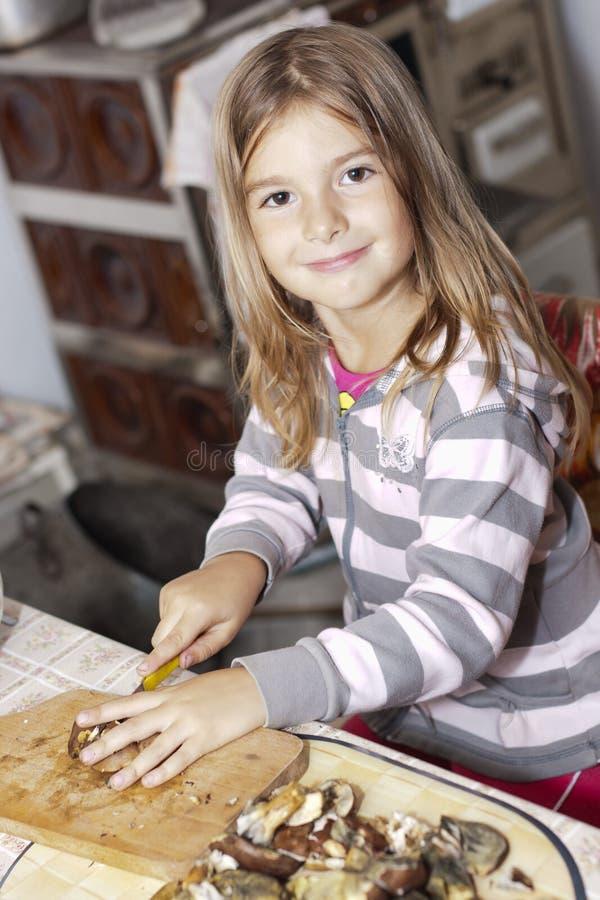 dziewczyn pieczarki przygotowywają fotografia stock