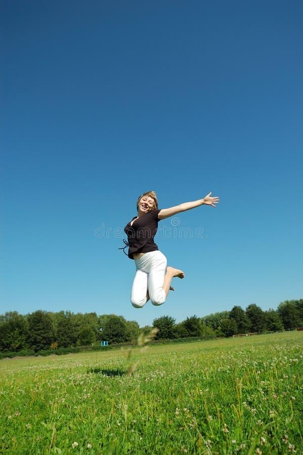 Download Dziewczyn Potomstwa Szczęśliwi Skokowi Zdjęcie Stock - Obraz złożonej z dziewczyna, niebo: 13339244